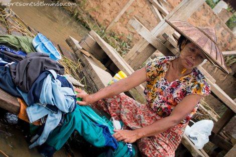 mujer-lavando-Myanmar-impresiones-del-mundo