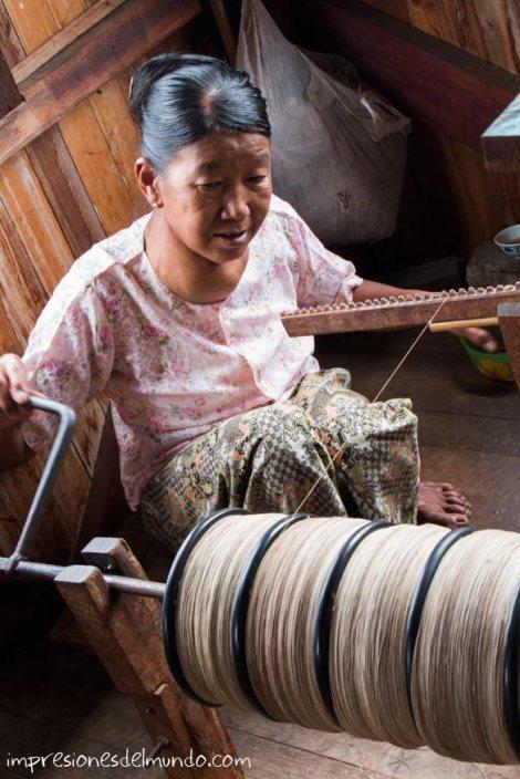mujer-y-rueca-Myanmar-impresiones-del-mundo