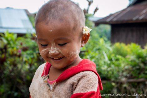 nena-con-flor-Myanmar-impresiones-del-mundo