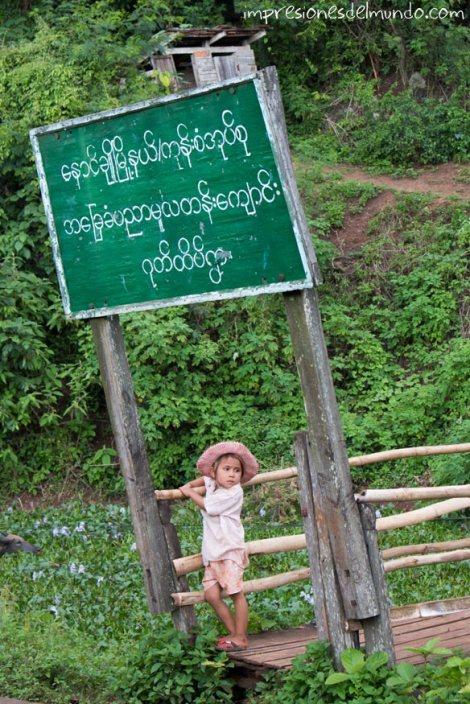 nena-y-cartel-de-escuela-Myanmar-impresiones-del-mundo