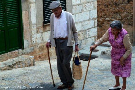 ancianos-caminando-pueblos-de-Espana-impresiones-del-mundo