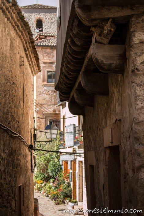 calle-e-iglesia-pueblos-de-Espana-impresiones-del-mundo