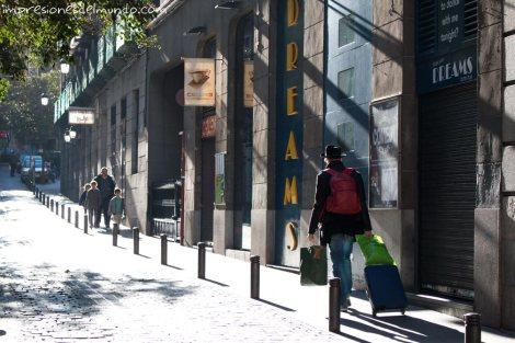 hombre-con-maleta-Madrid-impresiones-del-mundo