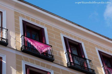 manton-de-manila-en-el-balcon-Madrid-impresiones-del-mundo