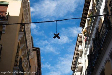 zapatos-colgados-Madrid-impresiones-del-mundo