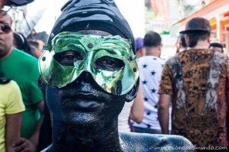 chico-con-mascara-carnaval-de-la-Vega-republica-dominicana-impresiones-del-mundo