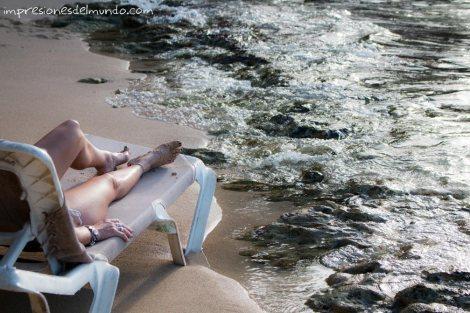 Mujer-en-la-playa-Cabrera-Republica-Dominicana-impresiones-del-mundo