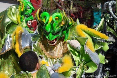 padre-e-hijo-carnaval-de-la-Vega-republica-dominicana-impresiones-del-mundo