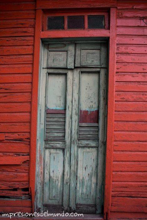 fachada-roja-y-puerta-Santo-Domingo-impresiones-del-mundo