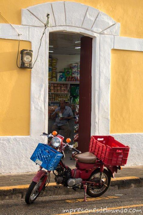 moto-y-colmado-Santo-Domingo-impresiones-del-mundo