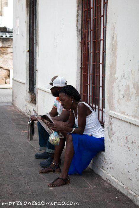 mujer-leyendo-Santo-Domingo-impresiones-del-mundo