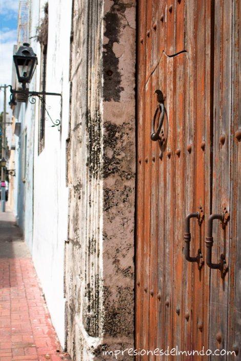 puerta-marron-y-calle-Santo-Domingo-impresiones-del-mundo
