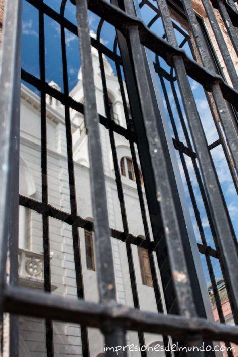 reflejo-de-la-iglesia-Santo-Domingo-impresiones-del-mundo