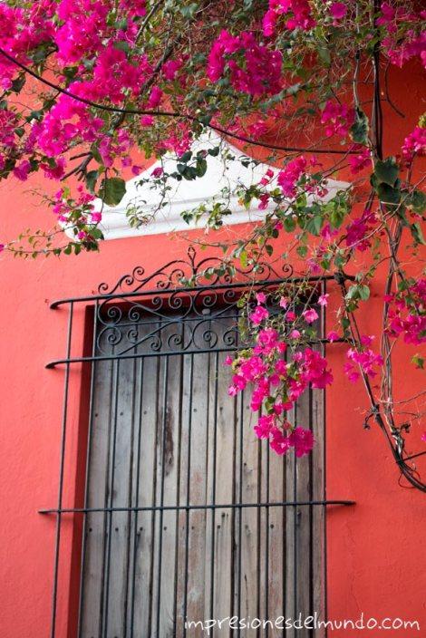 ventana-y-fachada-roja-Santo-Domingo-impresiones-del-mundo