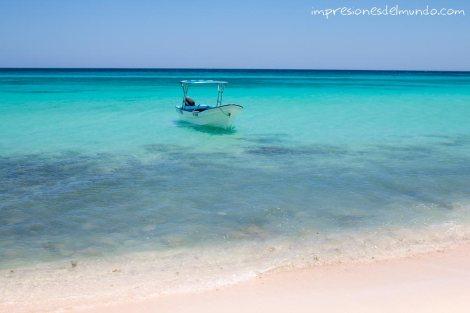 bahia-de-las-aguilas-y-barco-republica-dominicana-impresiones-del-mundo