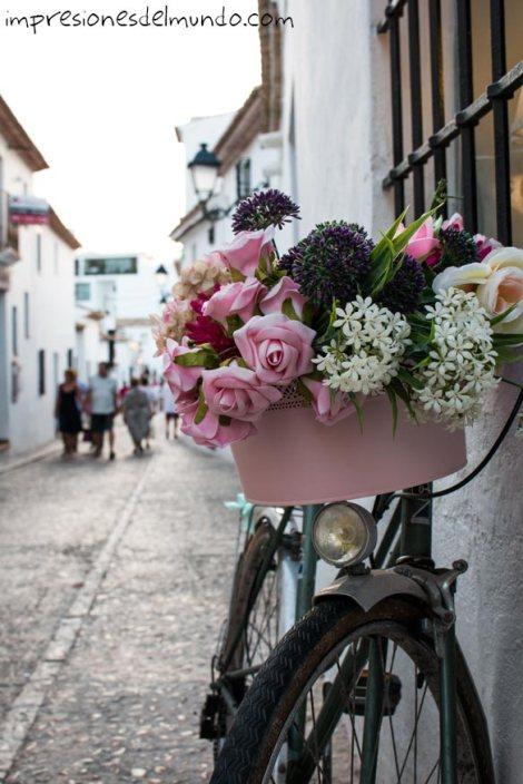 bicicleta-y-calle-altea-impresiones-del-mundo