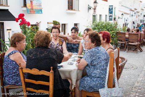mujeres-jugando-a-las-cartas-altea-impresiones-del-mundo