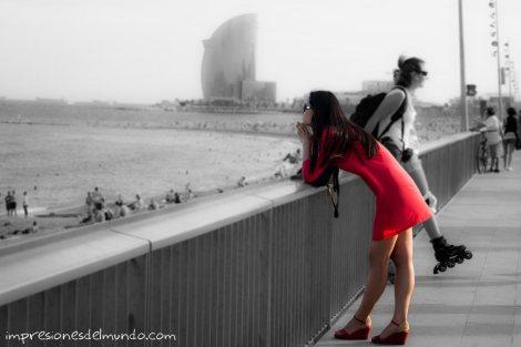 mujer-apoyada-y-paseo-maritimo-barcelona-impresiones-del-mundo