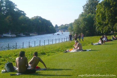 gente-tomando-el-sol-Richmond-Londres-impresiones-del-mundo