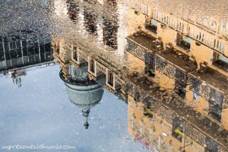 reflejo-charco-edificio-fallas-valencia-impresiones-del-mundo