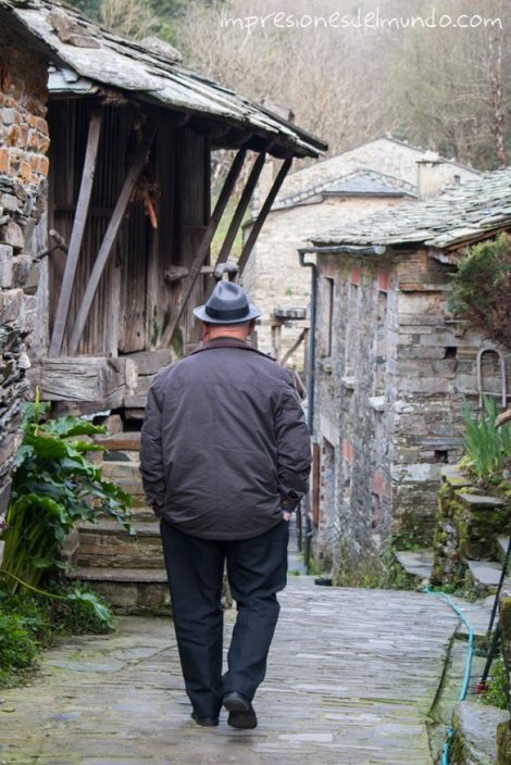 hombre-caminando-teixois-asturias-impresiones-del-mundo